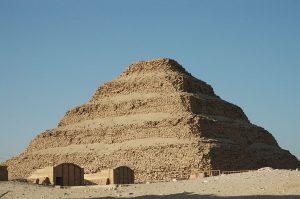 1200px-Flickr_-_Gaspa_-_Saqqara,_piramide_a_gradoni